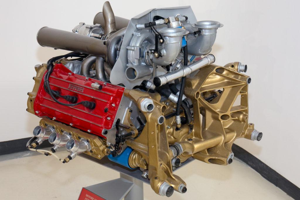 https://upload.wikimedia.org/wikipedia/commons/e/e1/Ferrari_021_engine_front_Museo_Ferrari.jpg